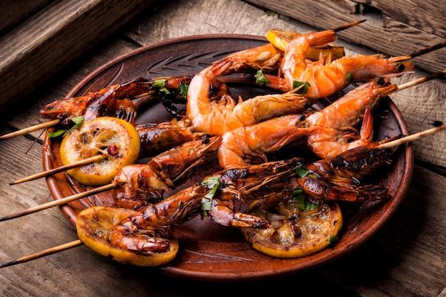 Grilled shrimp skewers Premium Photo