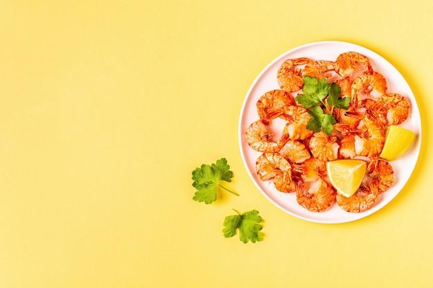 レモンのパセリとニンニクのエビのグリル Premium写真