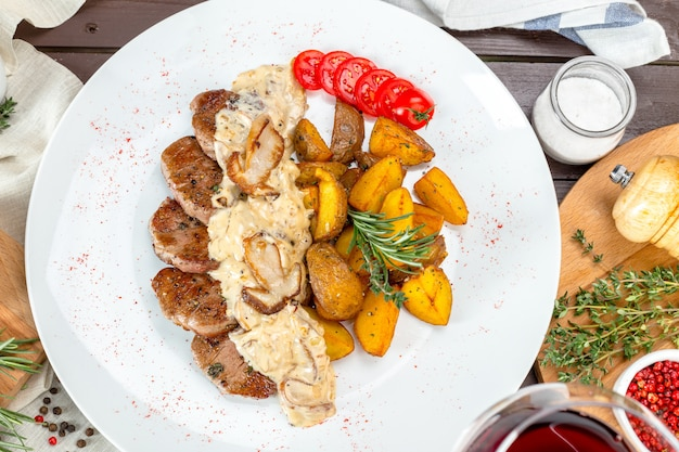 Grilled steak with potato wedges Premium Photo