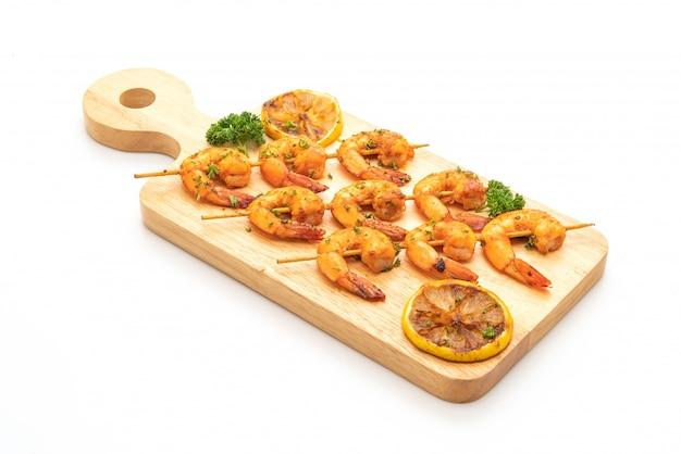 Grilled tiger shrimps skewers with lemon Premium Photo