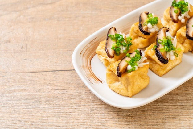 Grilled tofu with shitake mushroom and golden needle mushroom Premium Photo