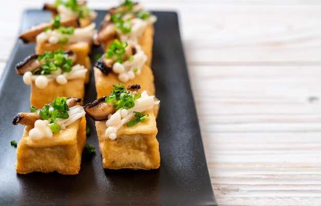 Grilled tofu with shitake mushroom and golden needle mushroom Premium Photo