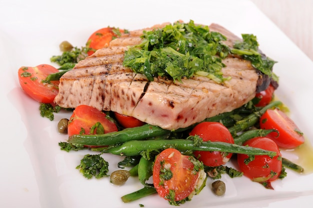 Grilled tuna steak with green beans and cherry tomatoes  Free Photo