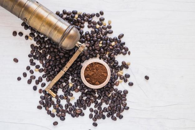 Измельчитель и молотый кофе на кофейных зернах Бесплатные Фотографии