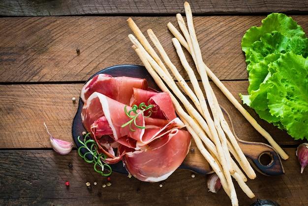 Хлебные палочки grissini с прошутто Бесплатные Фотографии