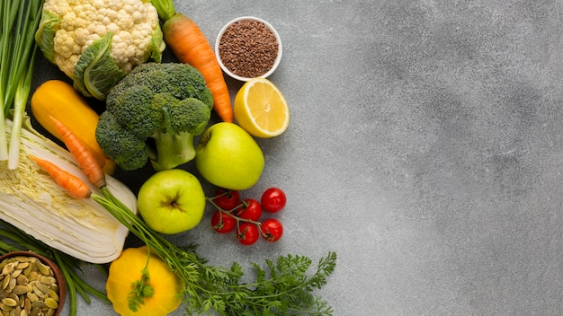 灰色のスレート背景に食料品 無料写真