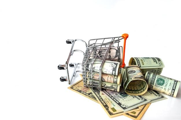 Продуктовая тележка полная с банкнот сша, изолированных на белом. понятие ссуды, инвестиций, пенсии, сбережений, финансирования, ипотеки, финансового кризиса или роста. Premium Фотографии