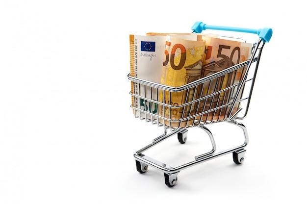 Тележка бакалеи при счеты евро изолированные на белизне. покупка, кредит, экономия денег, пенсия, концепция инвестиций Premium Фотографии