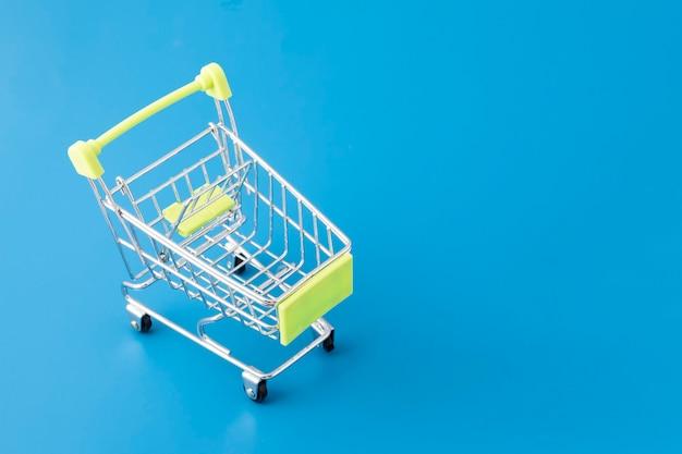 슈퍼마켓에서 식료품 쇼핑, 파란색 장바구니 바구니 프리미엄 사진