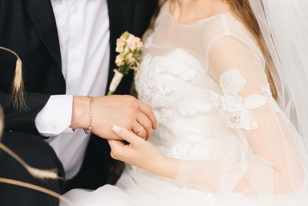 Жених и невеста руки с кольцами Premium Фотографии