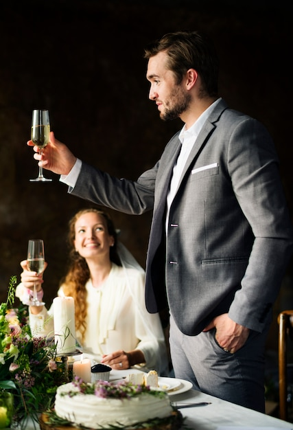 Groom doing a speech at reception table Premium Photo