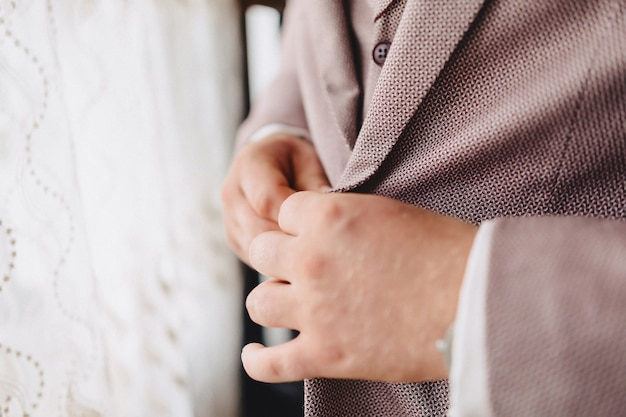 Groom meeting, details, jacket, shoes, watches and buttons on the wedding day Free Photo