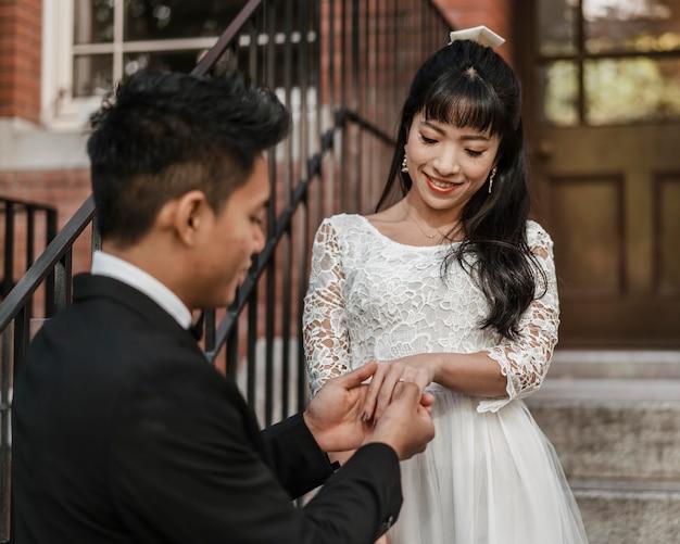 신랑 신부의 손가락에 결혼 반지를 넣어 무료 사진