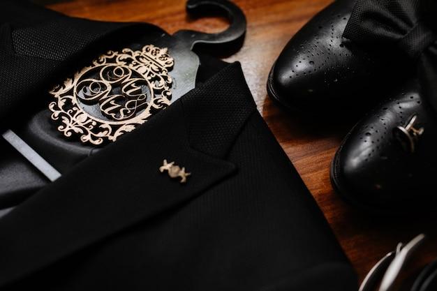 Аксессуары для жениха, черный галстук-бабочка, туфли и смокинг, детали свадьбы Бесплатные Фотографии