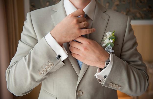 Groom set the tie straight Premium Photo