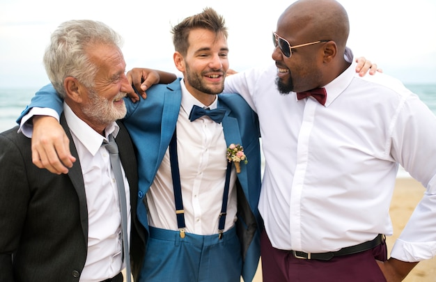 Groom talking to his groomsmen Premium Photo