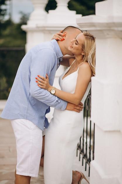 若いカップルの将来の花嫁と花groom 無料写真