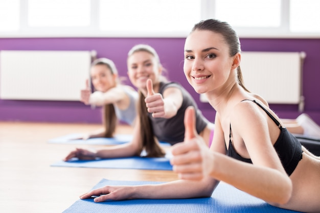 Group of active smiling women are training in fitness club. Premium Photo