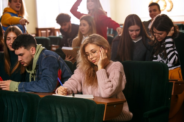 The group of cheerful happy students sitting in a lecture hall before lesson Free Photo