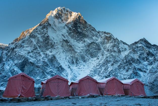 Group of climbers bright tents on the khumbu glacier of everest base camp with colorful pr Premium Photo