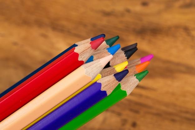 Gruppo di matite colorate sul tavolo Foto Gratuite