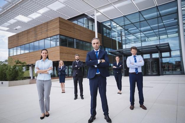 Gruppo di persone di affari sicure che stanno l'edificio per uffici esterno Foto Gratuite