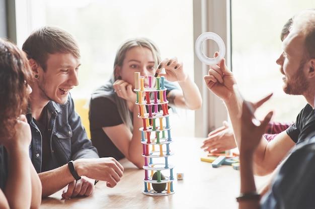 Un gruppo di amici creativi seduto su un tavolo di legno. Foto Gratuite