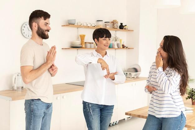 Gruppo di persone sorde che comunicano attraverso il linguaggio dei segni Foto Gratuite