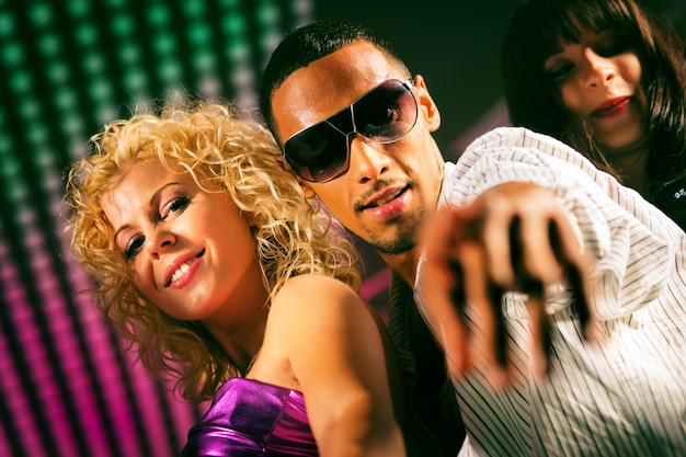 Group of friends in nightclub Premium Photo