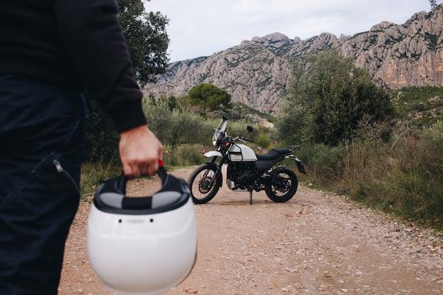 Gruppo di amici guidare motociclette nella foresta Foto Gratuite