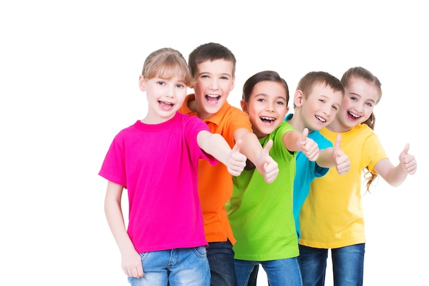 Gruppo di bambini felici con il pollice in alto segno in magliette colorate in piedi insieme - isolato su bianco. Foto Gratuite