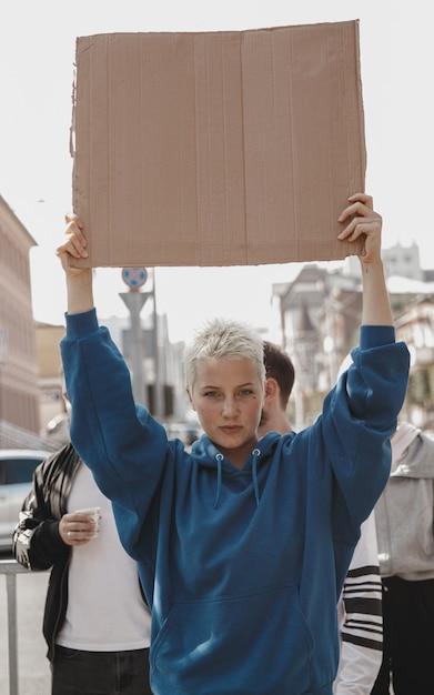 Группа активистов раздаёт лозунги на митинге Бесплатные Фотографии