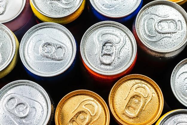 Группа алюминиевых банок, холодные напитки. вид сверху. Premium Фотографии