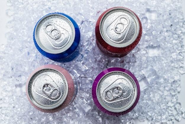 Группа алюминиевых банок во льду, холодный напиток. Premium Фотографии