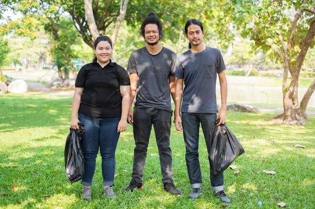 公園でゴミを拾うアジアの若いボランティアのグループ。環境保護の考え方 Premium写真