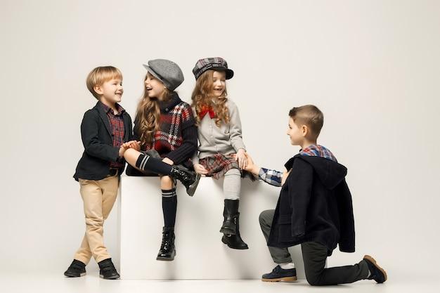 Группа красивых детей позирует Бесплатные Фотографии