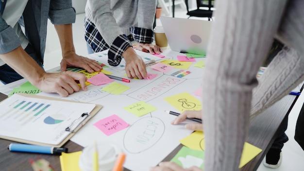 사무실에서 아이디어를 논의하는 부담없이 입고 사업 사람들의 그룹. 무료 사진
