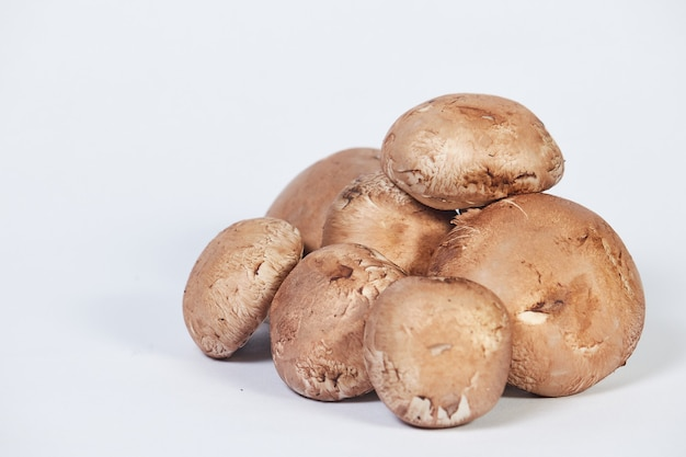 Группа грибов шампиньонов, коричневый сорт, изолированные на белом фоне. Premium Фотографии