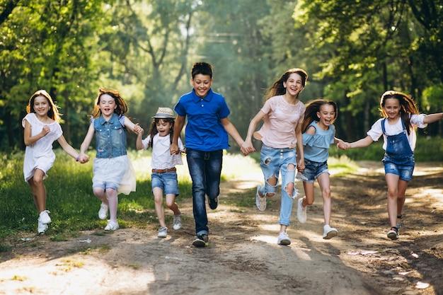 공원에서 어린이의 그룹 무료 사진