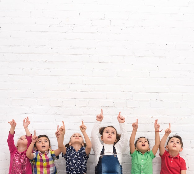가리키는 어린이의 그룹 프리미엄 사진