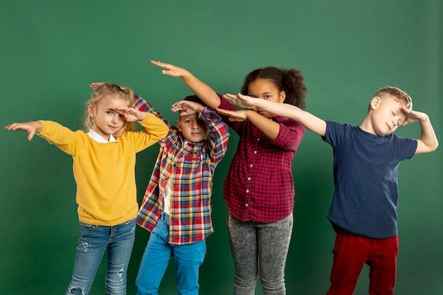 軽くたたく子供たちのグループ 無料写真