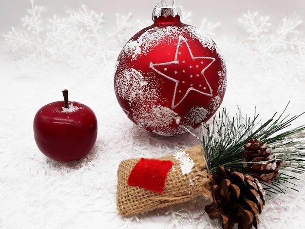 테이블에 크리스마스 장신구의 그룹 무료 사진