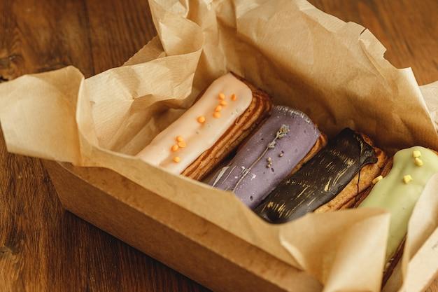 Группа красочных тортов эклер крупным планом Premium Фотографии