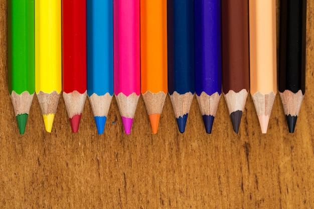 テーブルの上のカラフルな鉛筆のグループ 無料写真