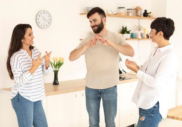 手話でコミュニケーションをとるろう者のグループ 無料写真