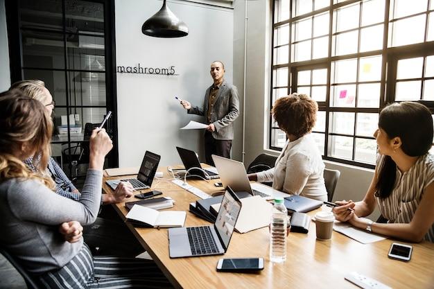 Группа разнообразных людей, имеющих деловую встречу Бесплатные Фотографии