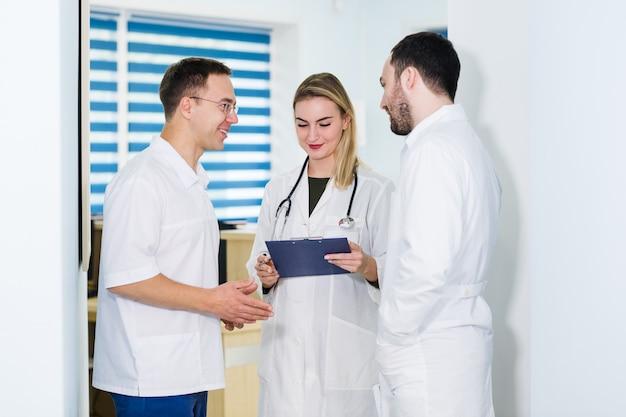 Группа врачей обсуждают и работают вместе Premium Фотографии