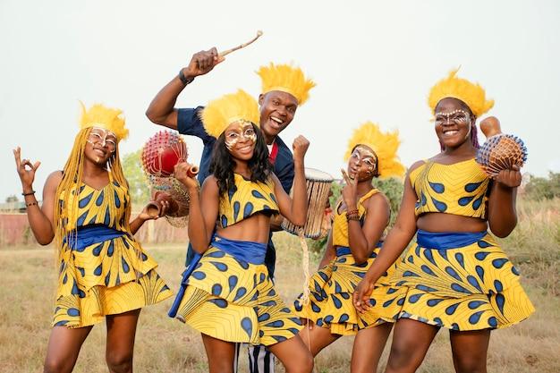 アフリカのカーニバルでの友人のグループ 無料写真