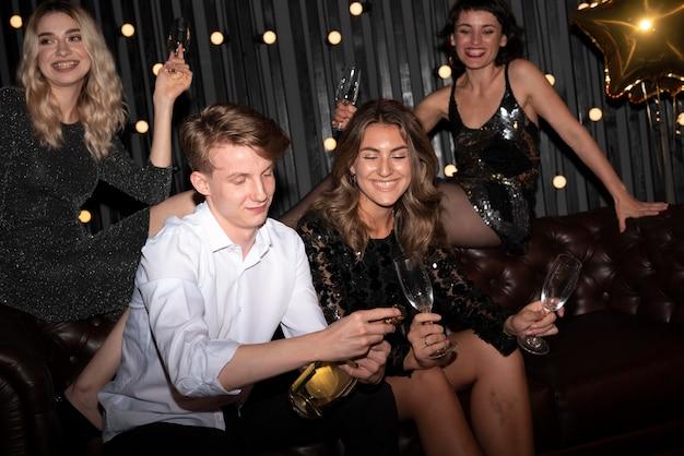 Группа друзей, празднующих новый год дома Бесплатные Фотографии