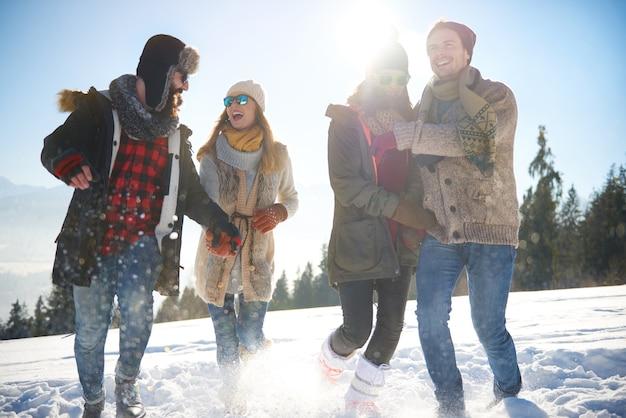겨울 방학 동안 친구의 그룹 무료 사진